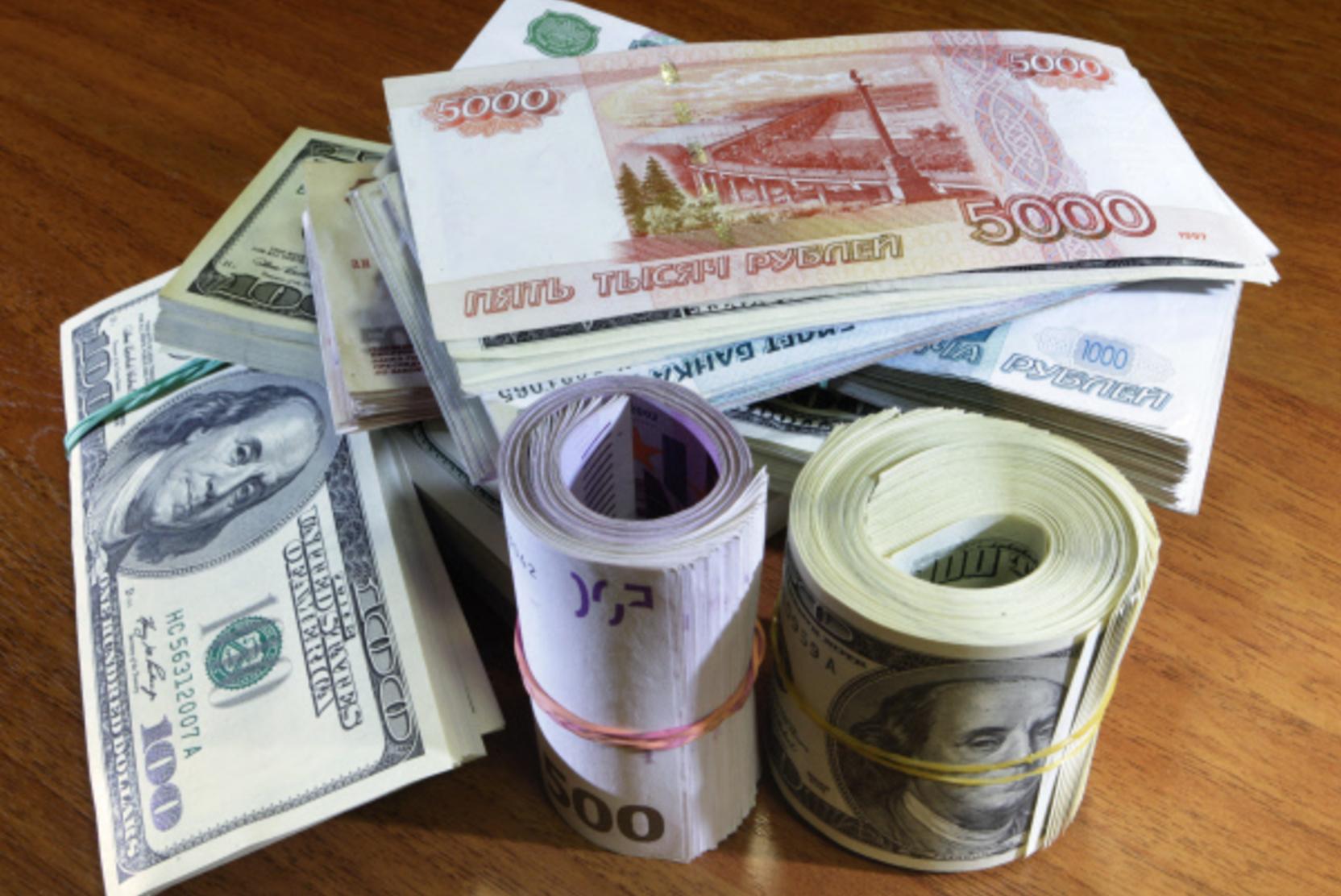 Рубль прогнулся к доллару и евро на внешнем негативе