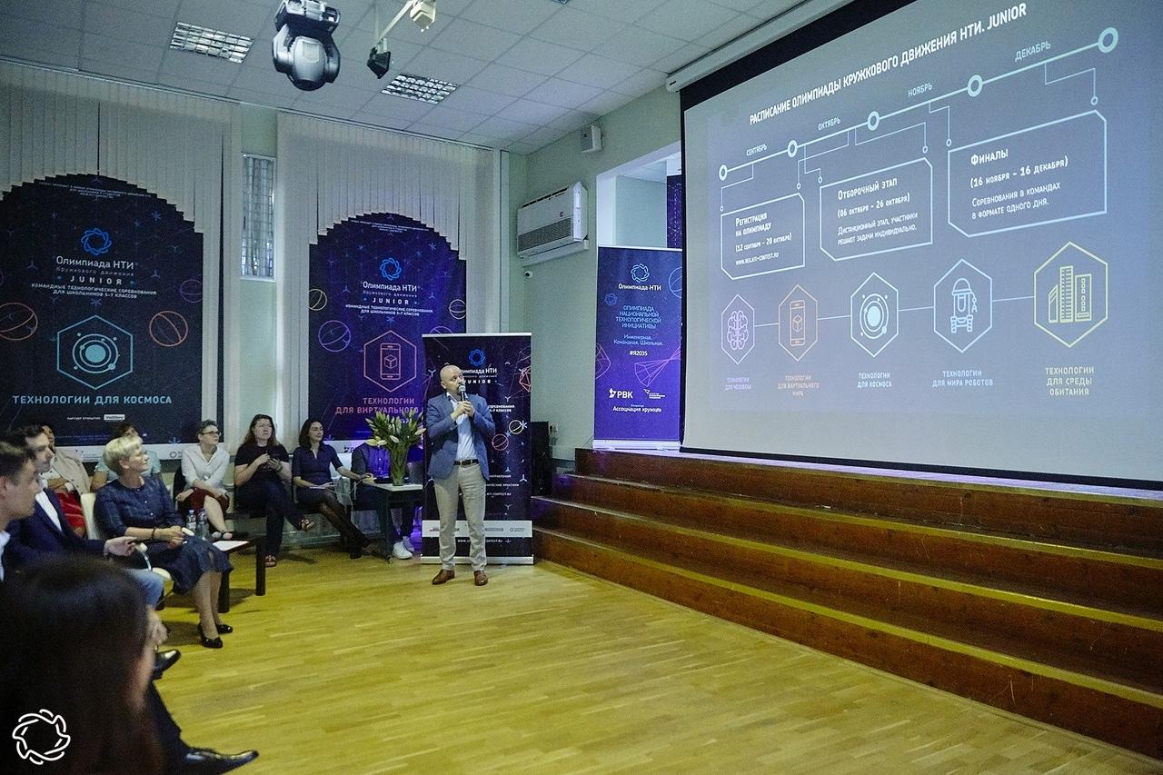 Кравцов рассказал о надбавках в 15 тысяч рублей для новых советников в школах