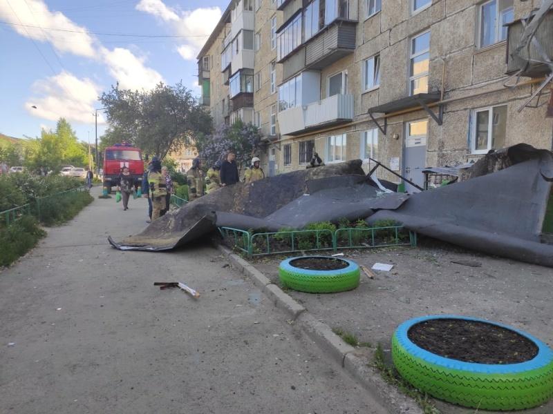 Ураган повредил крыши домов и коммуникации в Саратовской области