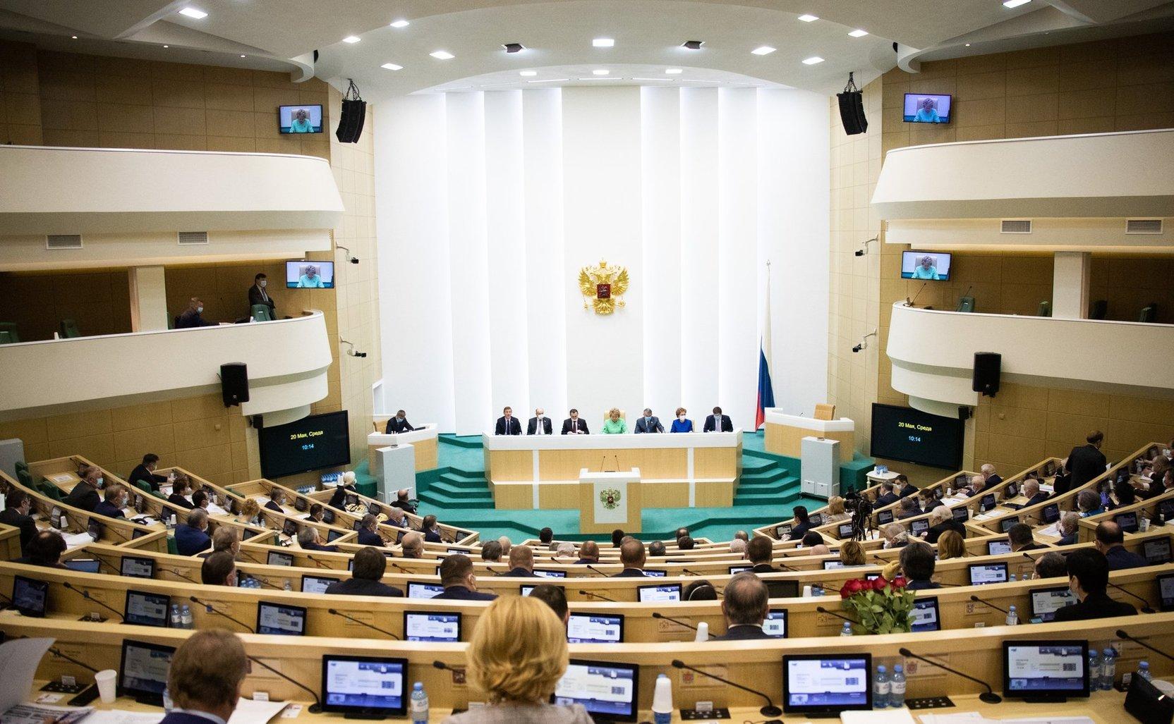 Совфед одобрил запрет иностранного гражданства для госслужащих и военных