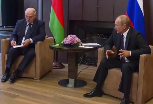 Лукашенко привез в подарок Путину корзину с белорусской едой
