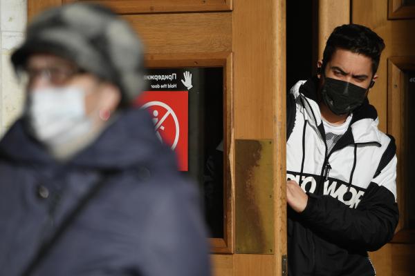 Медики назвали сроки спада пандемии COVID-19 в России
