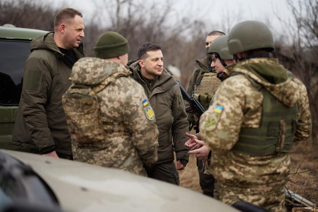 Зеленский опубликовал селфи из Донбасса на фоне ржавых брусьев