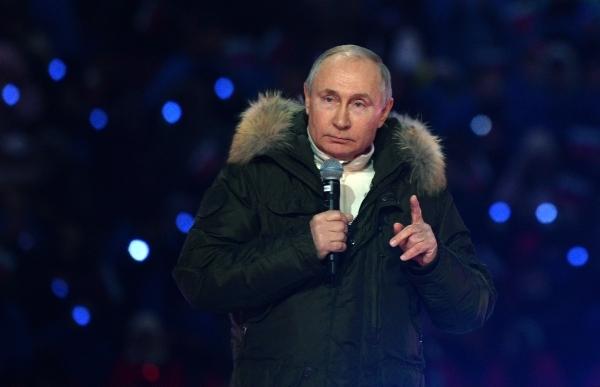 Не обязан. Песков объяснил, почему Путин не носит военную форму