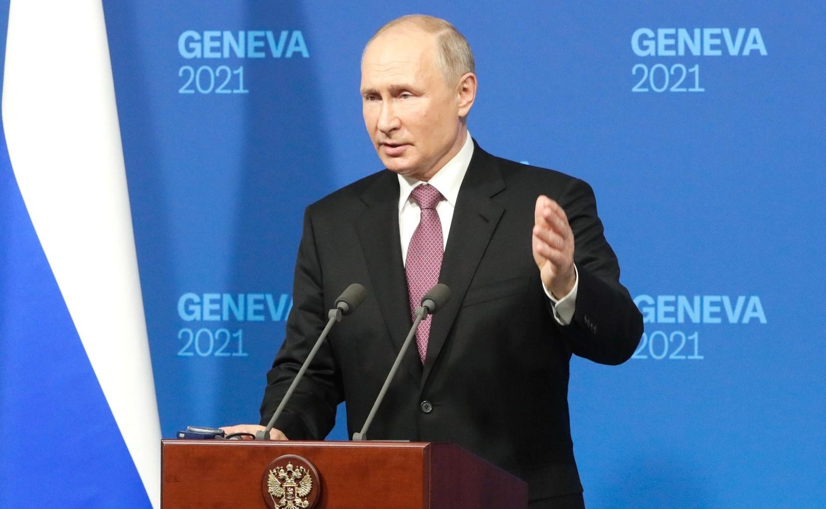 Путин наградил медиков за вклад в борьбу с пандемией