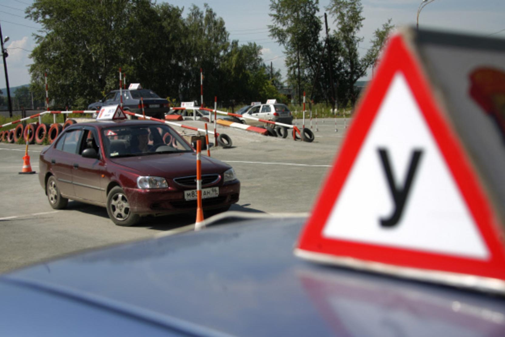 Автошколы назвали нереальной срочную передачу данных учеников в МВД