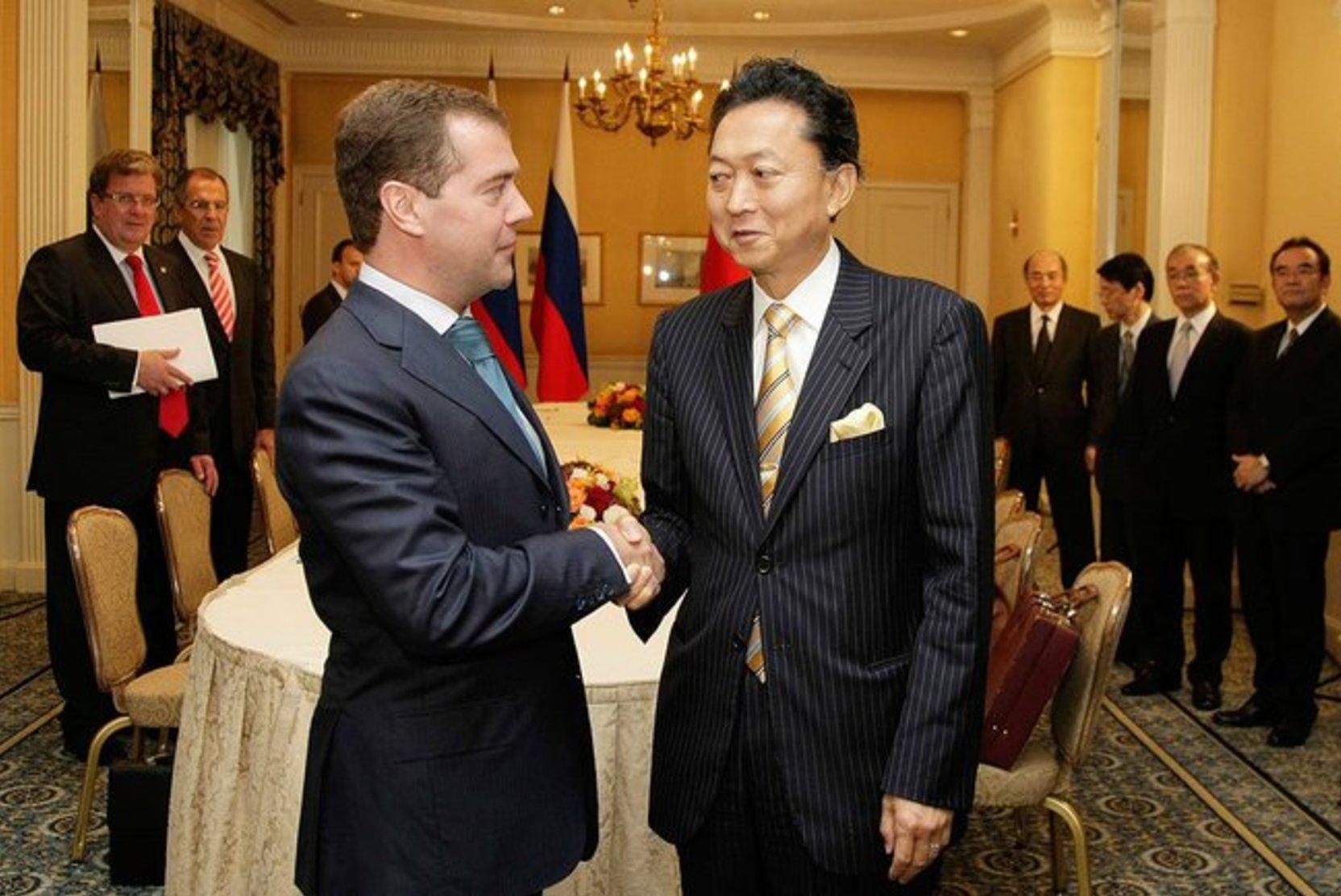 Экс-премьер Японии выступил за признание Крыма российским
